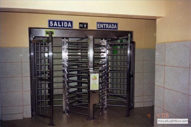Tojande puerta giratoria doble de acero inoxidable con for Puerta giratoria